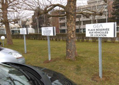 Panneau tolé sur poteau scellé parking